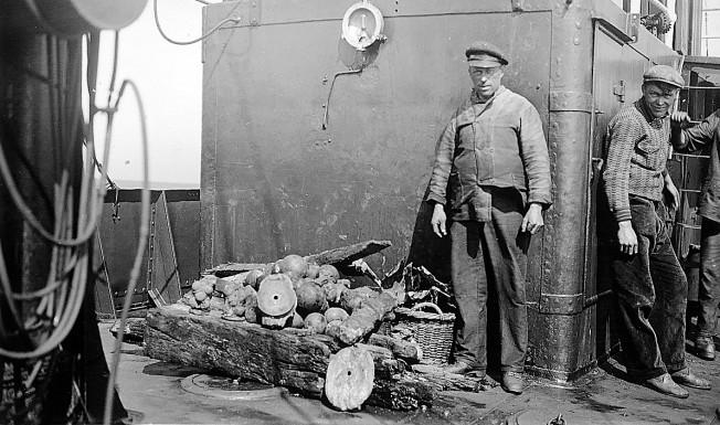 Opgedoken spul, vnl. kogels en wrakhout. De man links is Tjaard Zeijlemaker, rechts zien we de duiker Jelke Bijlsma (foto uit de collectie van Nienke Doeksen)