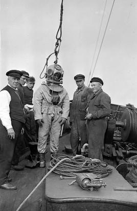 De duiker wordt aangekleed. V.l.n.r. Kraay, Jan Brouwer, Eelke de Beer, de duiker ( Wie is dit?), Vijke Buma, onbekend (w.s. geen Terschellinger) (foto uit 1934 uit de collectie van Nienke Doeksen)