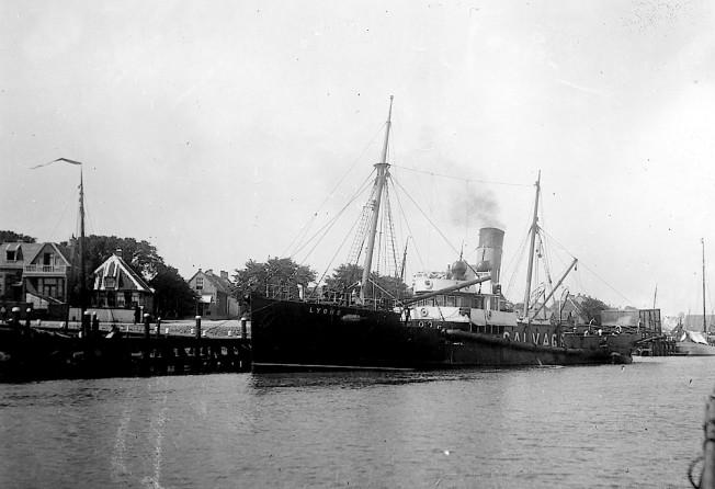 Salvage s.s. Lyons, Engels bergingsvaartuig van National Salvage Association Ltd. Ca. 1912. Was werkzaam bij het wrak van de Lutine en werd ook gebruikt bij het bergen van schepen.
